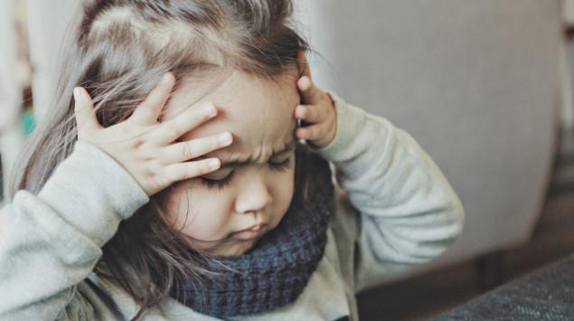 Kleinkind mit Kopfschmerzen