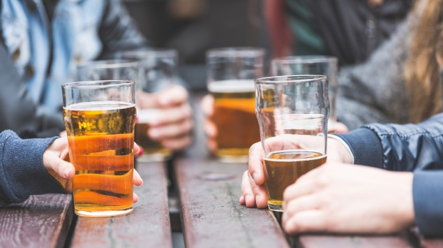 Eine Gruppe trinkt Bier.