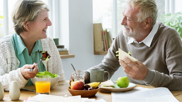Ein älteres Paar frühstückt