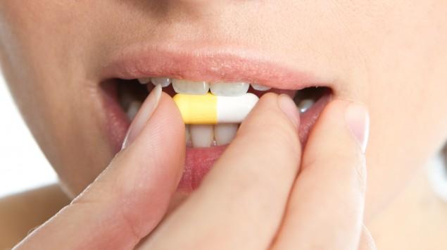 Eine Frau nimmmt eine Tablette