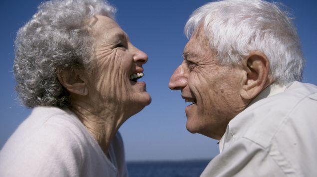 Ein altes Paar am Meer lacht sich an