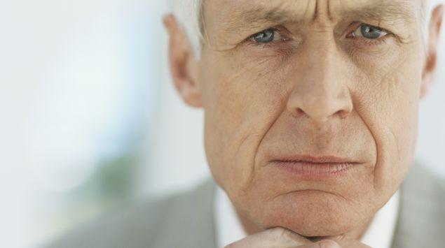 Nahaufnahme eines älteren Mannes mit Zornesfalte
