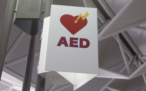 Kammerflimmern: Ein Schild weist darauf hin, dass hier ein AED (automatischer externer Defibrillator) verfügbar ist.