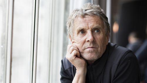 Das Bild zeigt einen älteren Mann, der in Gedanken ist.
