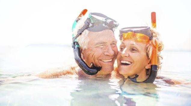 Ein älteres Paar schnorchelt.