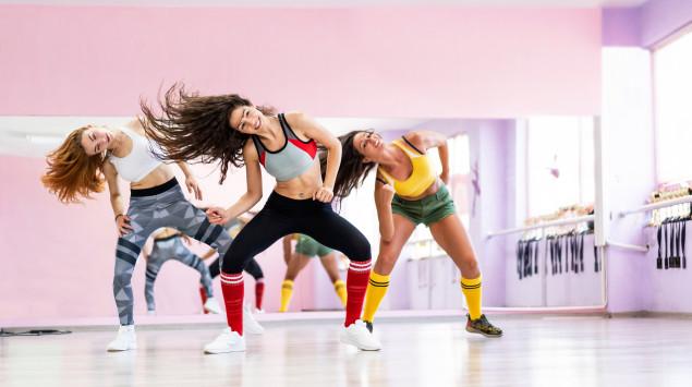 Drei Frauen machen Dance Aerobic in einem Tanzstudio.