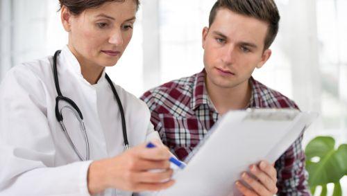 Eine Ärztin bespricht etwas mit einem Patienten.