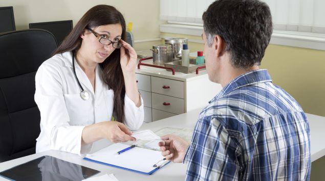 Eine Ärztin im Gespräch mit einem Patienten.