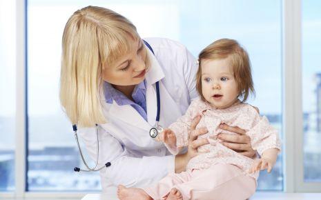Eine Ärztin kümmet sich um ein kleines Mädchen.
