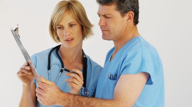 Ärztin und Arzt besprechen zusammen einen Befund.