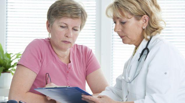 Eine Ärztin erklärt einer Patientin etwas.
