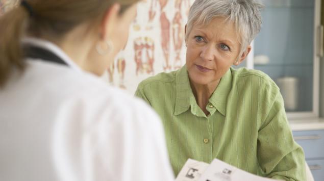 Man sieht eine Ärztin im Gespräch mit einer älteren Frau.