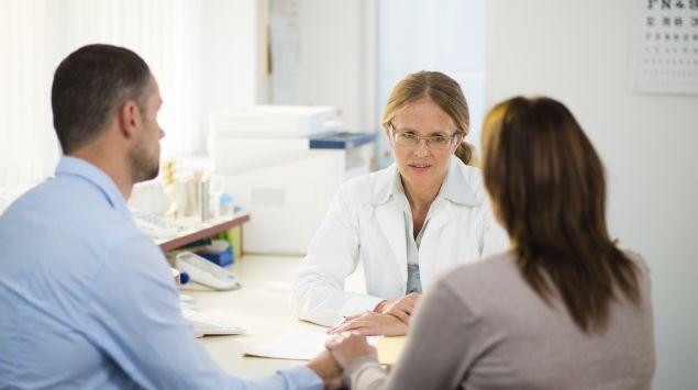 Das Bild zeigt ein Pärchen im Gespräch mit einer Ärztin.