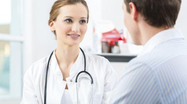 Eine Ärztin spricht mit einem Patienten.