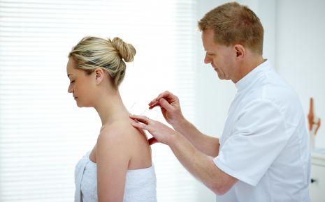 Akupunktur kann in bestimmten Fällen mit der Schulmedizin mithalten.