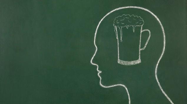 Mit Kreide auf eine Tafel gezeichnet: Ein Kopf, darin ein Glas Bier.