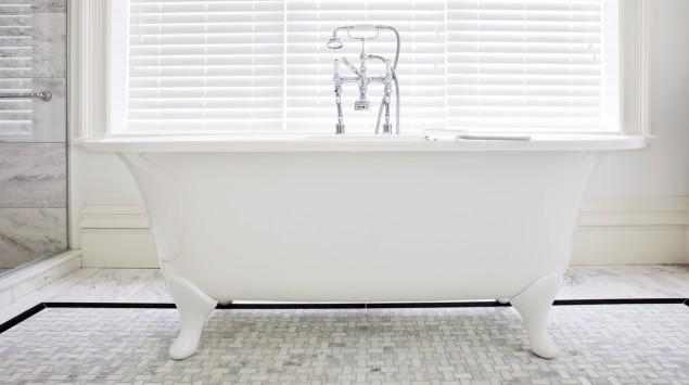 Eine altmodische Badewanne.