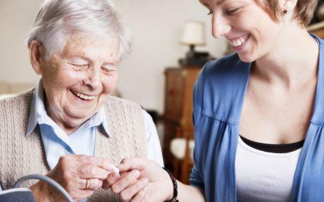 Zeit für die Oma: Die Pflegezeit ermöglicht Ihnen, sich um einen nahen Angehörigen zu kümmern.