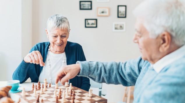 Zwei Senioren spielen Schach.