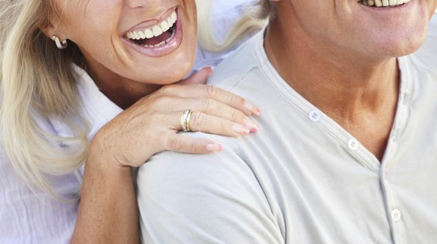 Man sieht ein älteres Paar  mit breitem Lächeln.
