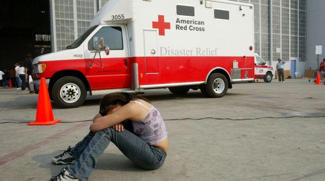 """Das Bild zeigt einen Krankenwagen mit der Aufschrift """"American Red Cross""""."""