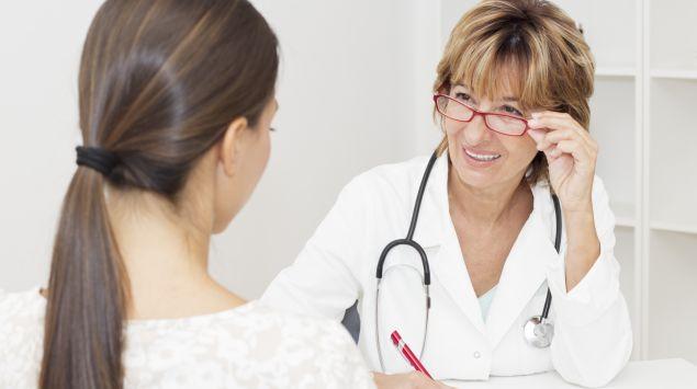 Man sieht eine Ärztin im Gespräch mit einer Patientin.