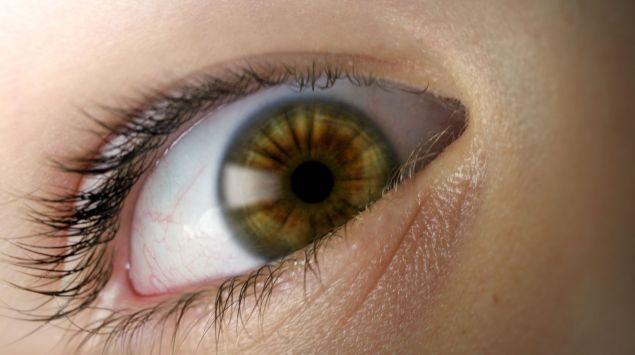 Das ängstliche Auge einer Person in Großaufnahme.