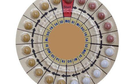 Zu sehen ist eine Pillenpackung, die 21 Tabletten in drei unterschiedlichen Farben enthält.
