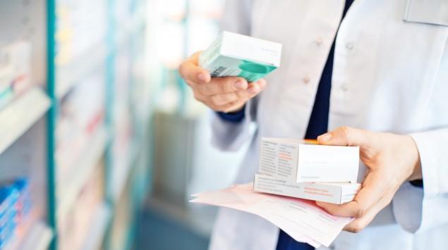 Eine Apothekerin sucht Medikamente raus.
