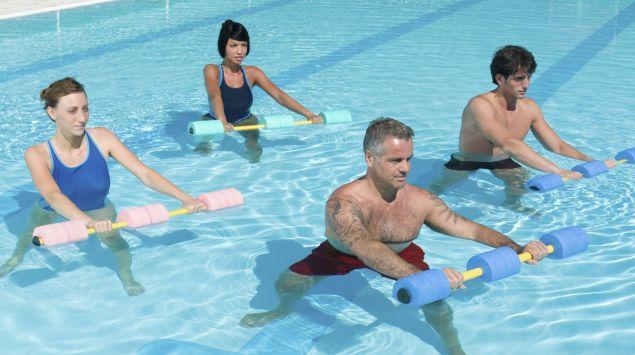 Man sieht vier Personen beim Aquajogging.