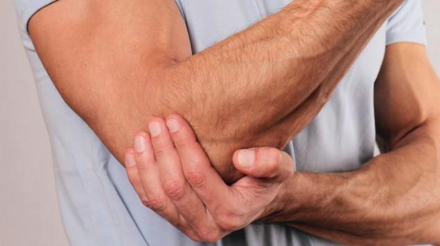 Mann mit Ellenbogenschmerzen