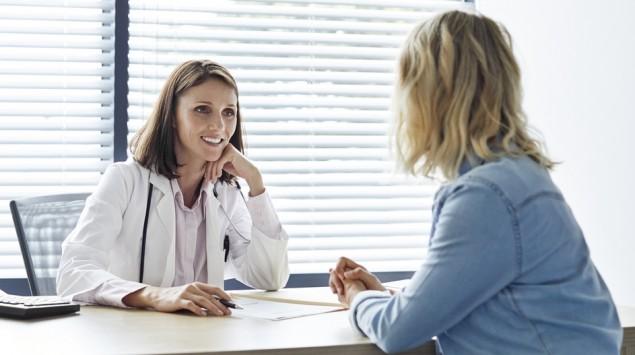 Eine Ärztin erklärt ihrer Patientin etwas.