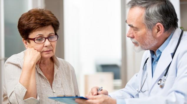 Arzt und Patientin besprechen den Befund