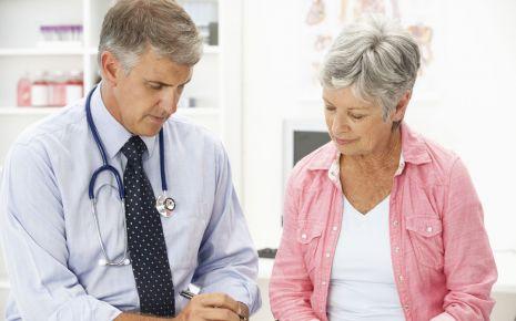 Bei starken Beschwerden in den Wechseljahren kann der Arzt eine Hormontherapie in Erwägung ziehen.
