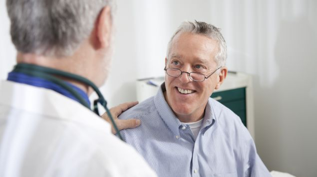 Ein Arzt im Gespräch mit einem Patienten.