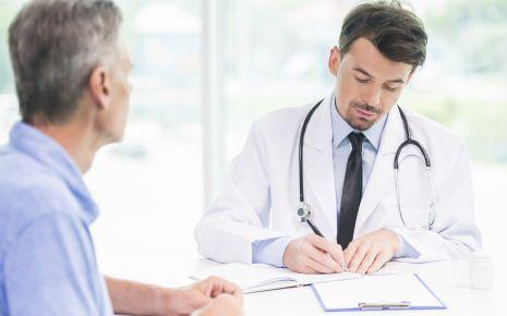 Ein Arzt verschreibt etwas: Der Facharzt für Psychiatrie und Psychotherapie ist dazu berechtigt, als Psychotherapeut tätig zu sein.