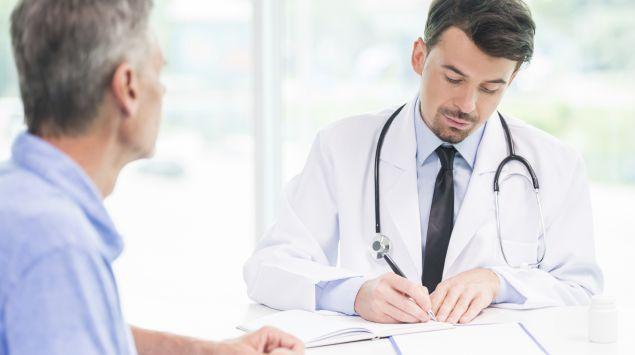 Ein Arzt macht sich Notizen.