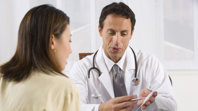 Man sieht einen Arzt im Gespräch mit einer Patientin.