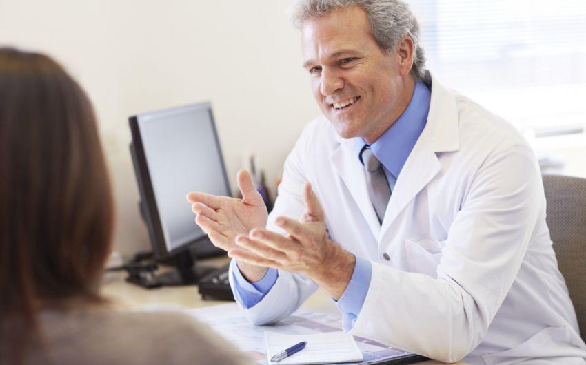 Tinnitus: Ein Arzt spricht mit einer Patientin.
