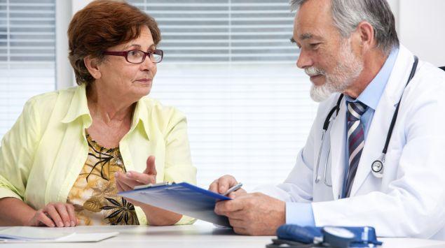 Das Bild zeigt eine Patientin, die sich mti einem Arzt unterhält.