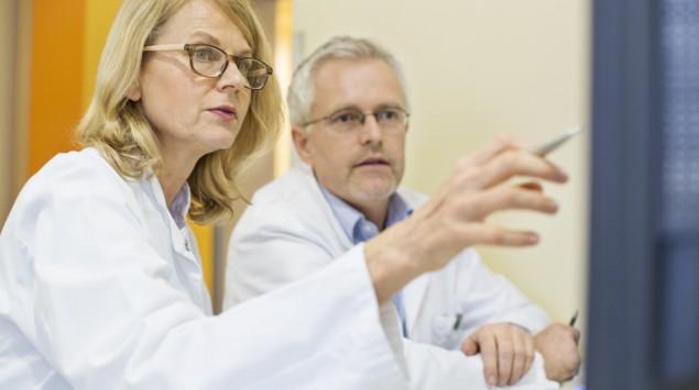 Eine Ärztin und ein Arzt beraten sich.