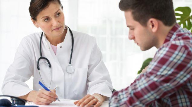 Man sieht einen jungen Mann und eine Ärztin.