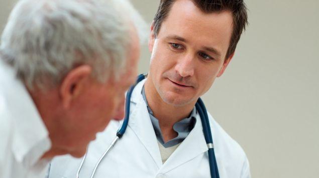 Man sieht einen Arzt im Gespräch mit einem älteren Mann.