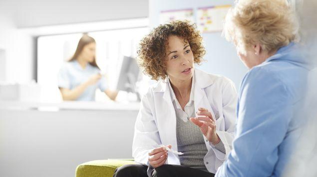 Eine Ärztin spricht mit einer Frau.