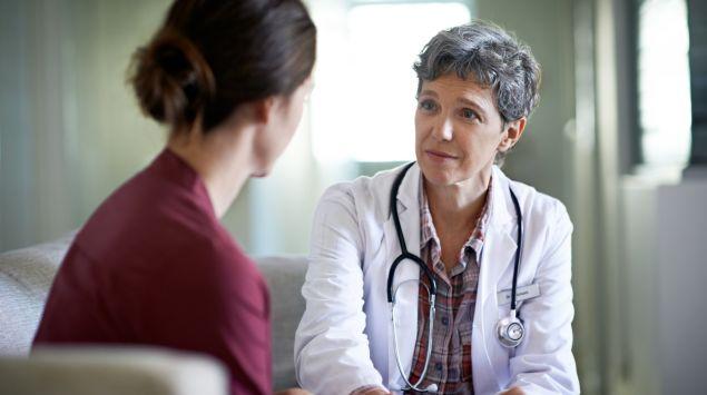 Eine Frau spricht mit einer Ärztin.