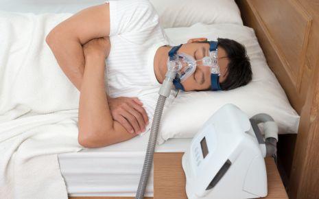 Eine CPAP-Schlafmaske hält bei Schlafapnoe die Atemwege über einen konstanten Überdruck offen.