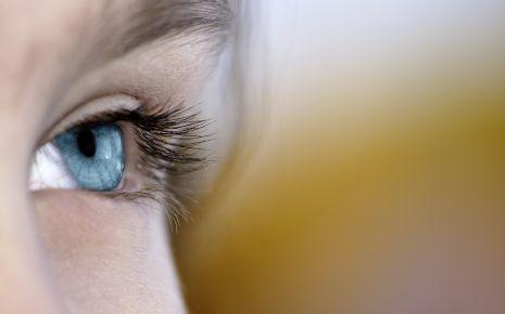 Glaukom: Man sieht das linke Auge einer Frau.