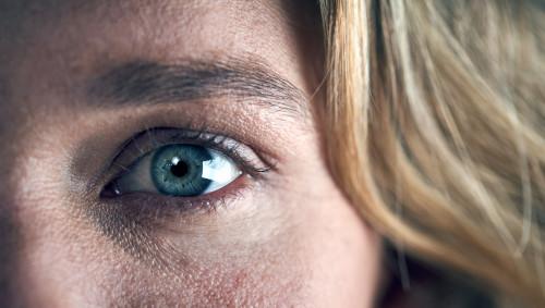 Das Auge einer Frau, die besorgt blickt.
