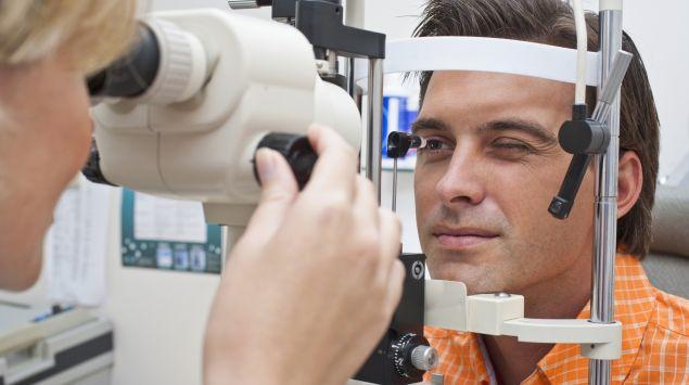 Man sieht einen Patienten beim Augenarzt.
