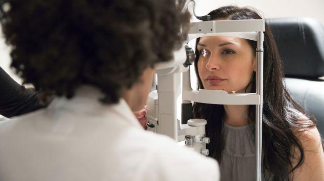 Man sieht eine Frau beim Augenarzt.